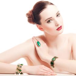 Lonneke met groene sieraden en rode lippen