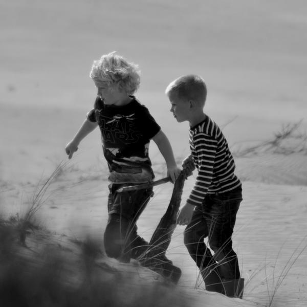 Samen op weg - Tijdens m'n wandeling bij het Aekingerzand zag ik drie kinderen in het zand spelen. Ze gingen helemaal op in hun spel. Op een gege