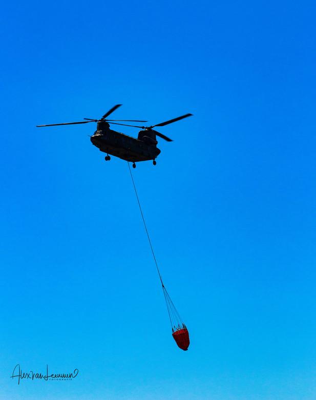 Chinook brand aan het blussen Twente. - De Chinook was ingeroepen om mee te helpen de brand te blussen die was ontstaan bij afvalverwerker Twence.