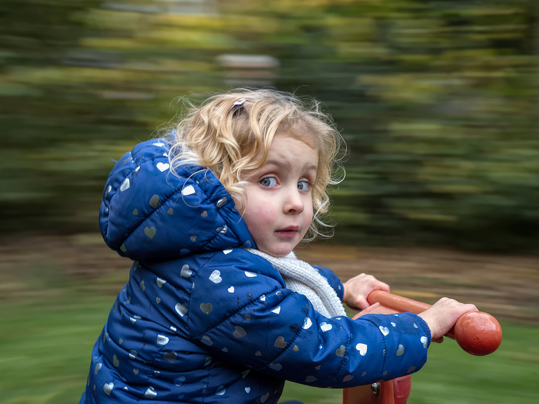 En maar draaien.... - kleindochter in de speeltuin op een draaimolen