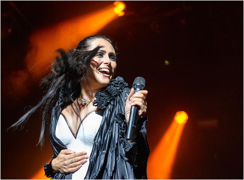 Within Temptation @Huntenpop2015 - Een vrolijke Sharon van Within Temptation bij aanvang van hun concert op Huntenpop 2015 te Ulft.