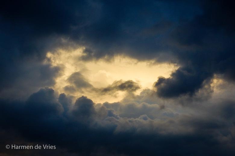 Gaatje - Verrassend, tijdens een donkere ochtend komt de zon op en breekt even tussen de wolken door.