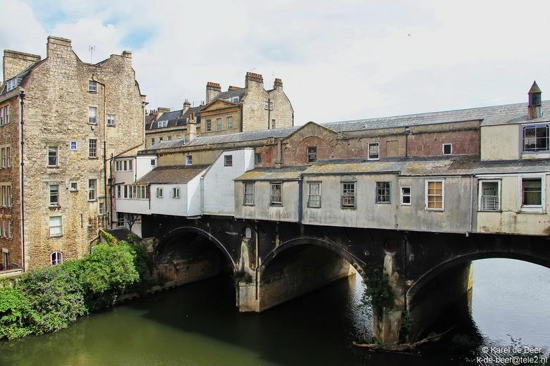 Bath 28 - Aan de andere kant ziet de Pulteney bridge er zo uit: de achterkant van een rij winkeltjes.