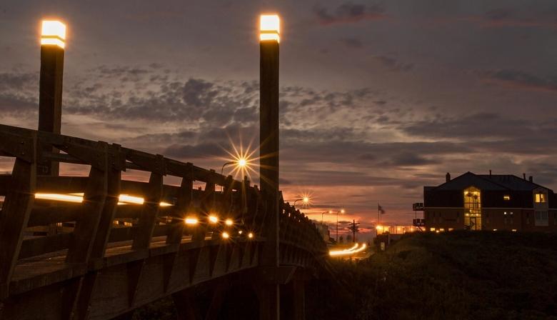 Richting het strand op Texel. - De houten brug over het Kogerstrand, richting paal 20, de Koog op Texel. 15 sec belichting. Strepen zijn van een toeva