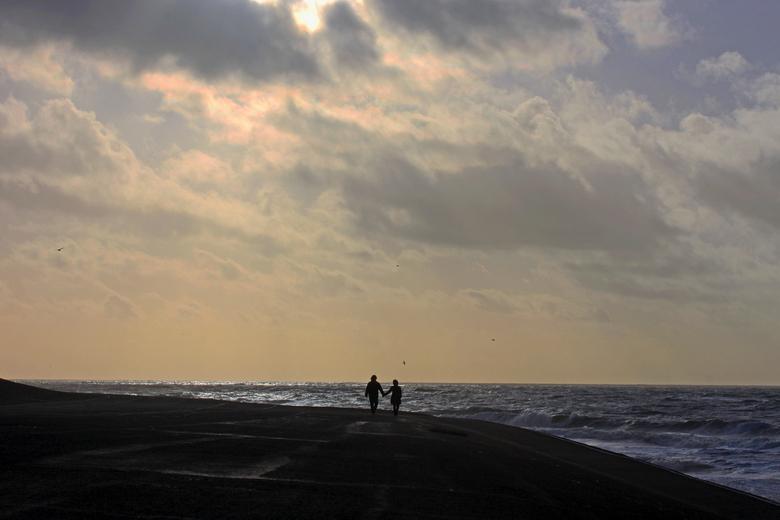 Hand in hand - Op het strand van Petten.