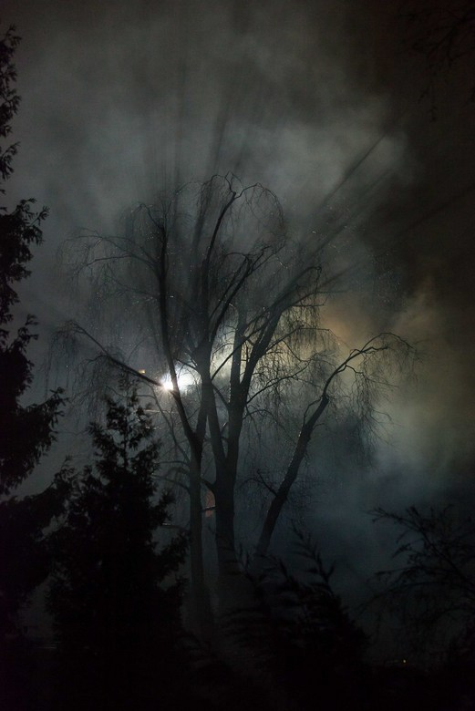 Mystiek - Een schoorsteenbrand bij de overburen.<br /> Ik moest de foto snel maken met een tele lens en uit de hand. Wat je ziet is de enorme rookont