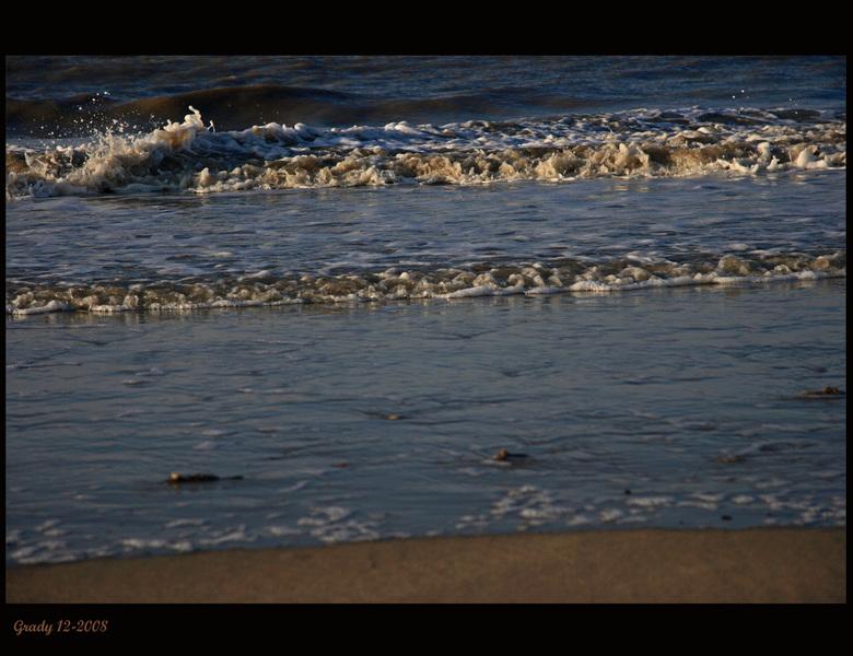Strand  aan de waterlijn - De foto is een beetje donker omdat het al wat later op de middag was en de zon behoorlijk laag stond.<br /> Iedereen weer