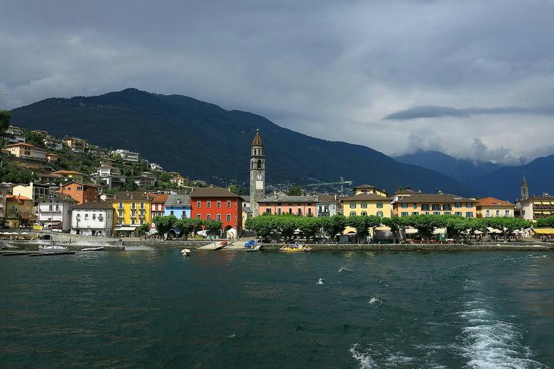 Ascona vanuit de boot - Gaan weer even verder met de Zwitserland serie. <br /> Inmiddels zijn we vanaf de botanische tuin op de boot gestapt, en omda