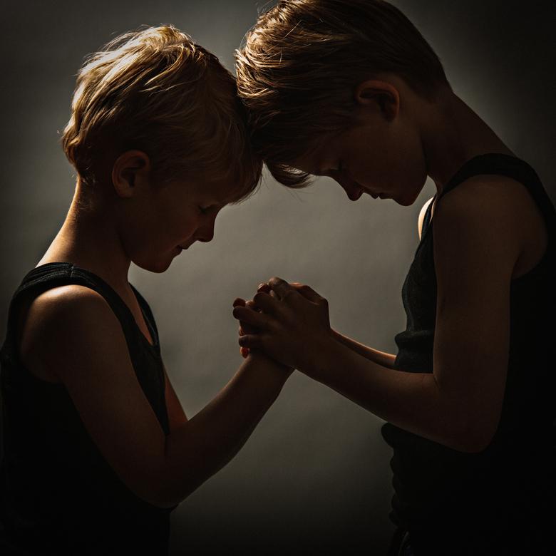 Liefde tussen twee broertjes - Deze foto omschrijft een bijzondere band tussen twee broertjes.. Liefde en Warmte