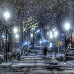 Avondje sneeuw in de winkelstraat