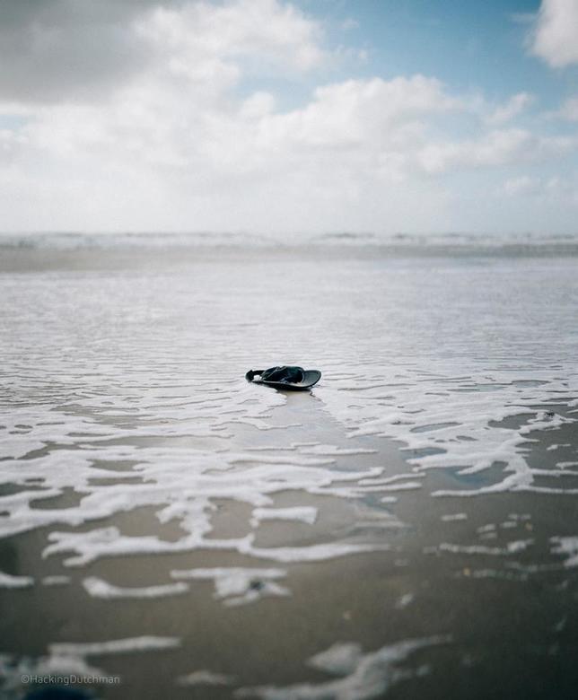 Verloren - Een pet, aangespoeld of weggewaaid?<br /> <br /> <br /> <br /> ©MotionMan 2020