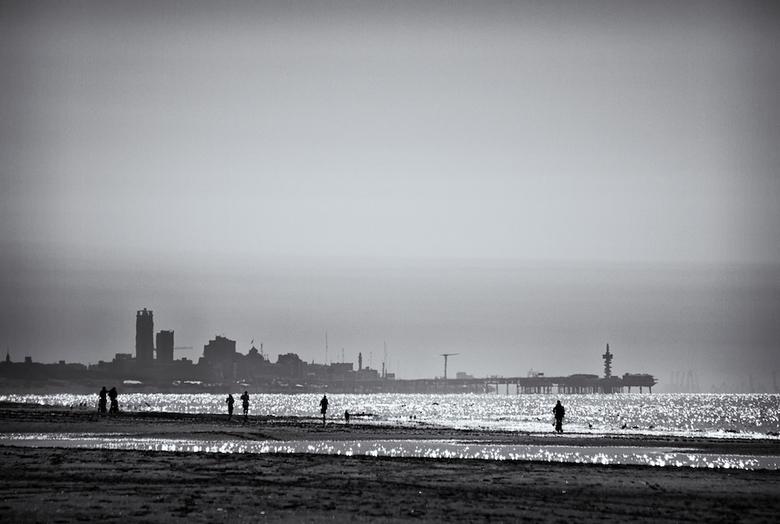 op een heldere namiddag aan het strand - Soms is het zo helder dat je vanuit Katwijk (of zelfs Noordwijk) de maasvlakte kunt zien.<br /> <br /> heel