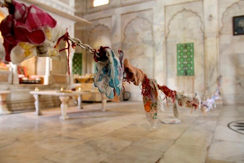 Royal crematorium Jodphur India - Binnen in de Jaswant thada knopen vrouwen zakdoeken in hoop voor zegeningen.