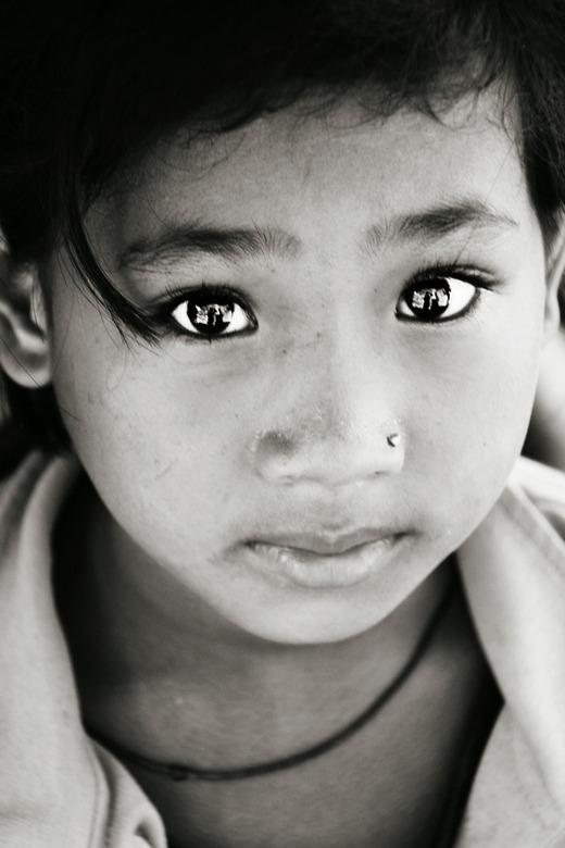 Eyes are the mirror of the soul - Prachtig meisje in de Himalaya, Nepal.