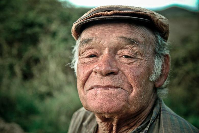 Geitenhoeder - Deze oude man kwam ik tegen in Portugal waar hij een kudde geiten liet grazen in de wei. Het karakteristieke gezicht van de oude man sp