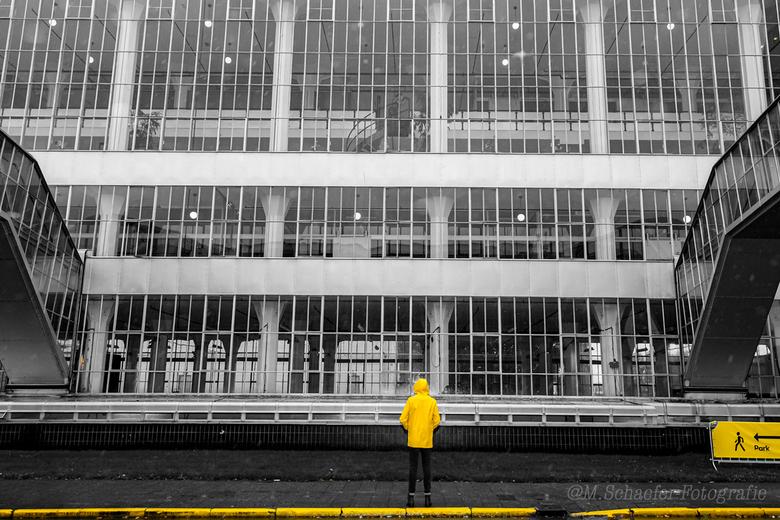 Gele regenjas - De gele regenjas en het bord dat toevallig ook geel was komen goed tot hun recht bij de Van Nelle fabriek.
