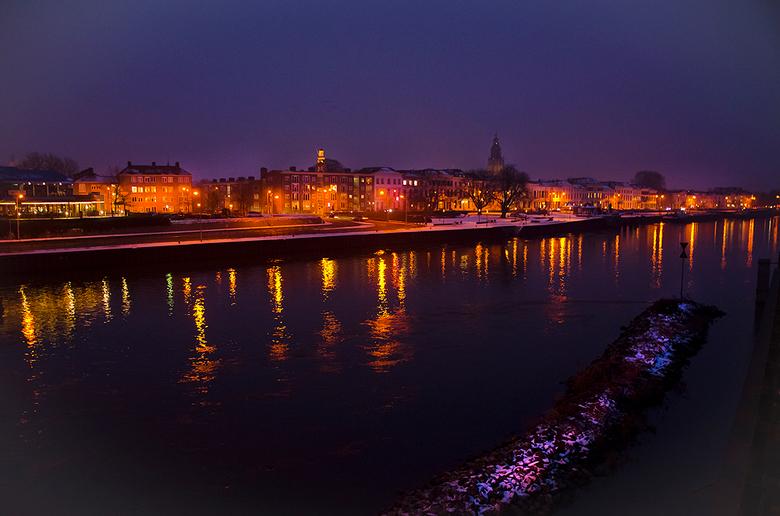 IJsselkade Zutphen.jpg - De Zutphense IJsselkade tijdens een winterse avond. Misschien niet helemaal scherp, maar moest deze foto uit de hand nemen.