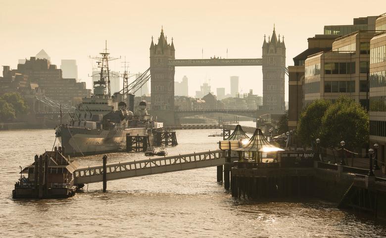 London - Thames met Tower Bridge op een vroege maandagmorgen - London - Thames met Tower Bridge