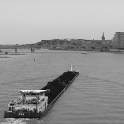 Boot nadert Nijmegen