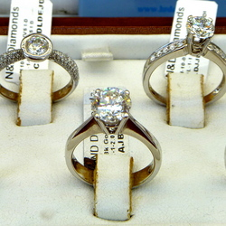 Diamanten ringen in etalage