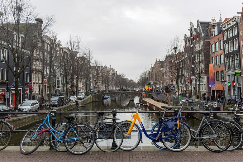 druilerig -  Een grauwe dag. De fietsen geven er nog wat kleur aan.
