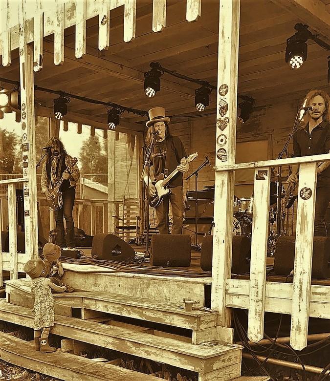 De mooiste plaatsen - Gijs en Roos zitten 1e rang bij het optreden van Dan Baird and Homemade sin in de Bayou op de Zwarte Cross.<br /> Foto is gemaa