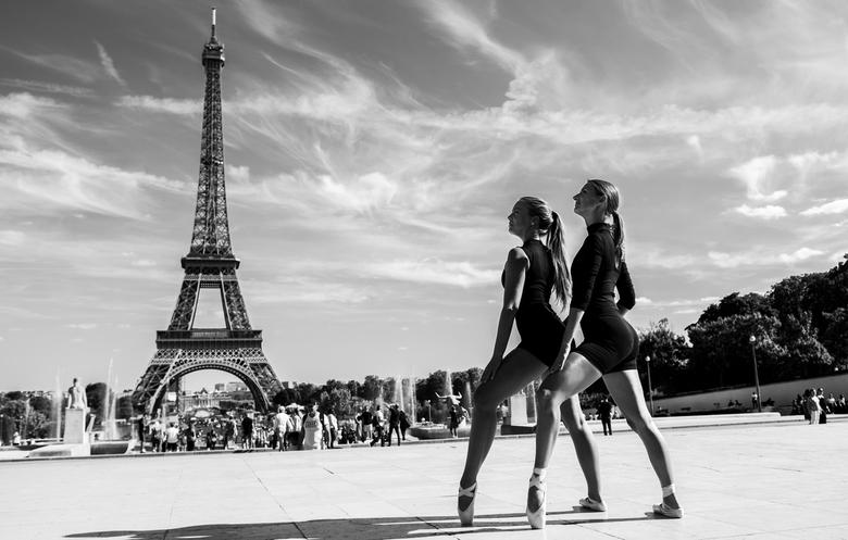 Loes en Nina - Duo pose van Loes en Nina bij de Eiffeltoren in Parijs.
