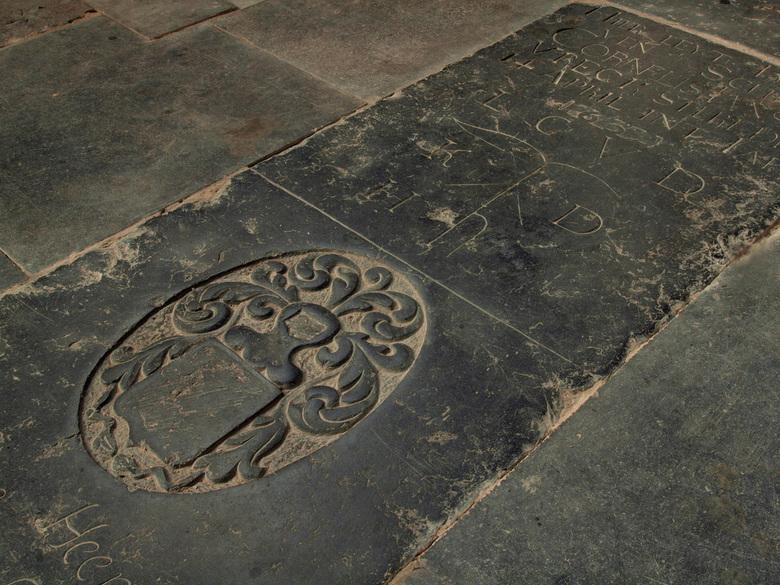 Stille getuigen - Grafsteen in de Grote Kerk in Monnickendam. De kerk heeft een bijzonder mooie lichtinval, wat het leuk, maar ook tot een goede oefen