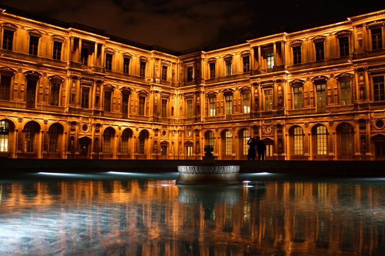 Het binnenplein v. Louvre - mooie avond lekker stil en tussentijds een foto maken. je kent het wel.<br /> <br /> Ik heb ook bijna niks aangepast, he