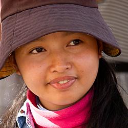 Faces of Cambodja -27- meisje met hoedje