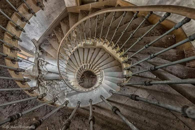 France abandonend stairporn
