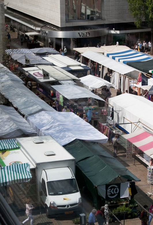 Markt met gevarieerde tenten - Diverse zeilendoeken op marktplein Pancratiusplein genomen vanuit de Glaspaleis in centrum van Heerlen.