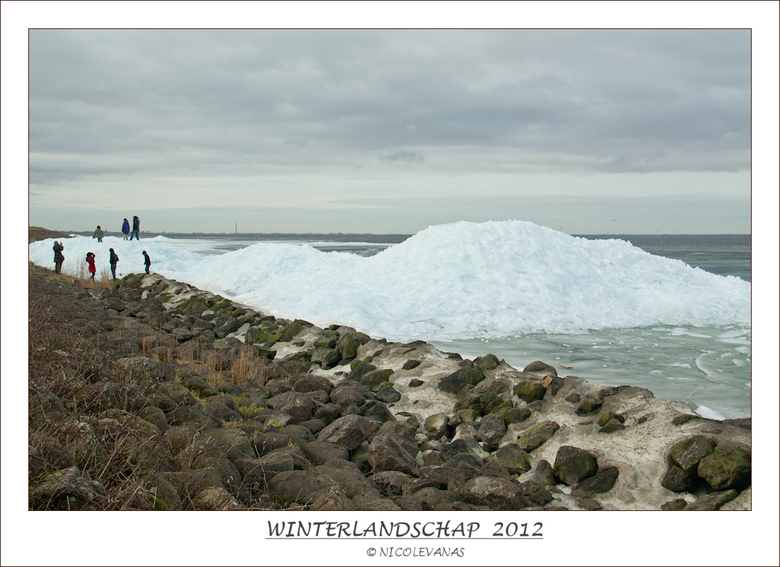 Reuze ijsklontjes. - Langs het IJsselmeer in Andijk, grote bergen met grote ijsschotsen.<br /> <br /> gebruik gemaakt van ND filter