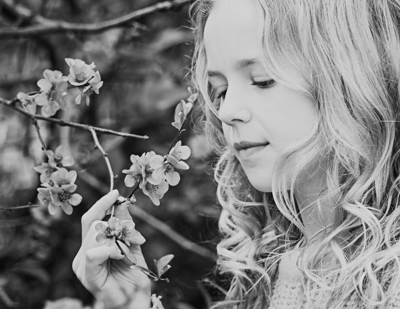 Merel - portret met daglicht<br /> zwart-wit portret bloesems