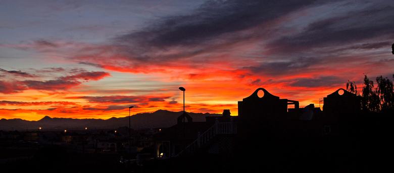 Zonsondergang - De laatste dagen zijn er prachtige zonsondergangen hier. groeten, Nel