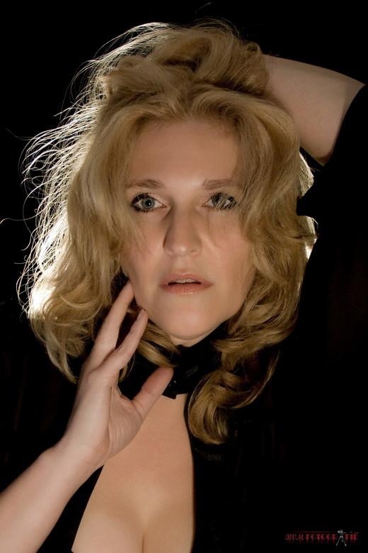 Glamour - Foto is gemaakt in de fotostudio met achtergrond belichting zonder gebruikmaking van een flits.