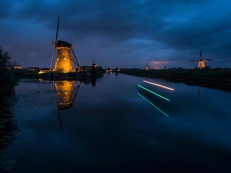 Kinderdijk verlicht 2017 - Gisteravond ben ik naar Kinderdijk verlicht geweest, samen met een paar leden van onze fotoclub. Het leek heel mooi te word