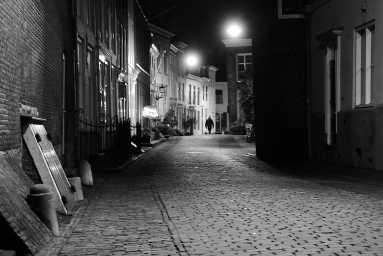 Middelburg - Alleen in de straat - Avondsfeer in Middelburg, Zeeland.