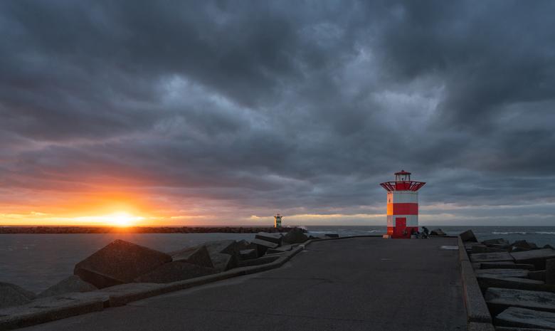 Dark sunset - Vorige week woensdag even naar Scheveningen geweest om de storm te zien en werd daarbij getrakteerd op een mooie zonsondergang