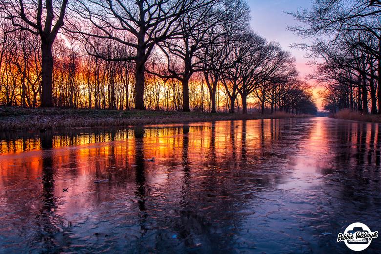 Frozen sunrise! - Al een paar jaar stond deze foto al op mijn lijstje. Het fotograferen van de zonsopkomst aan het Apeldoorns Kanaal. Afgelopen week i