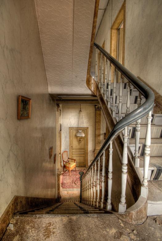 Downstairs - Foto is gemaakt in een oude verlaten Villa ergens in België, genaamd Walfahrt of Das.