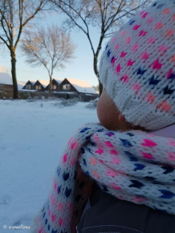 """Genieten - Heerlijk aan het genieten van haar eerste keer sneeuw zien <img  src=""""/images/smileys/smile.png""""/>"""