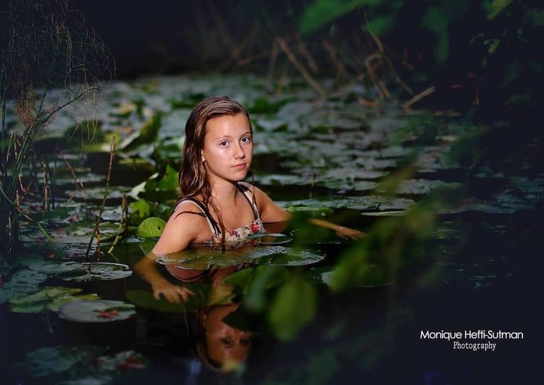 Zwemmen in de vennen - Soms moet je geluk hebben om een plaatje te maken. Bij een familieshoot sprak ik de wens uit dat ik ooit nog een keer iemand in