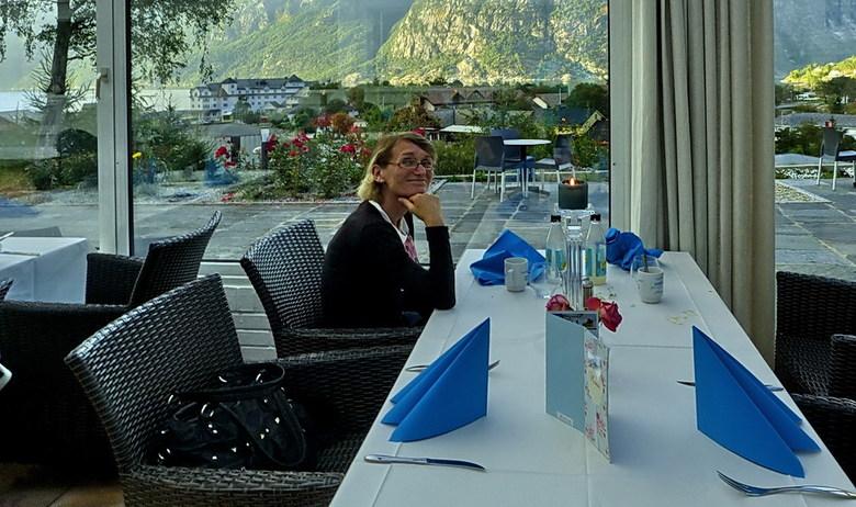 Etentje Noorwegen. - Een lekker etentje met Riet in  een restaurant met een prachtig uitzicht in Eidfjord Noorwegen.