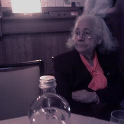 met oma op een feest