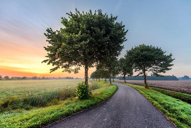 De weg naar warmte - Vanmorgen bij zonsopkomst gemaakt.<br /> <br /> Een HDR (High Dynamic Range) plaat. Foto gemaakt met 3 Verschillende belichting
