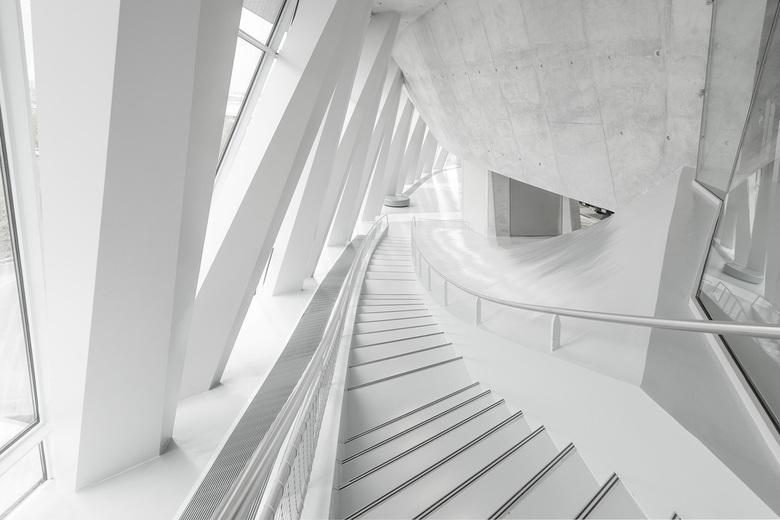 De witte trap - De futuristische trap van het Mercedes-Benz Museum.....