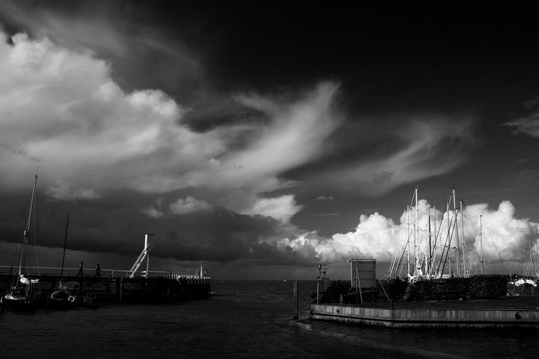 haven van Hindeloopen  - haveningang van Hindeloopen nazomerdag