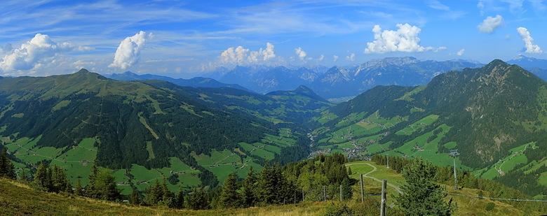 panorama Alpbachtal - Zo weer even een foto van de vakantie, zijn nog steeds op de Schatzberg, bijna op de top.<br /> Panorama van het Alpbachtal, wa