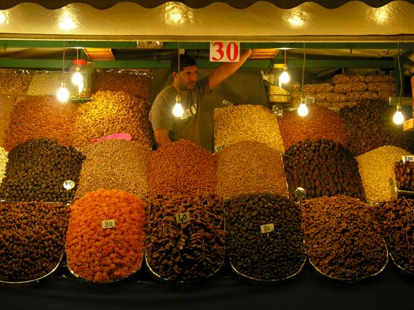Djemaa El Fna - Avondmarkt in Marrakech, Marokko, op het grote plein Djemaa El Fna.